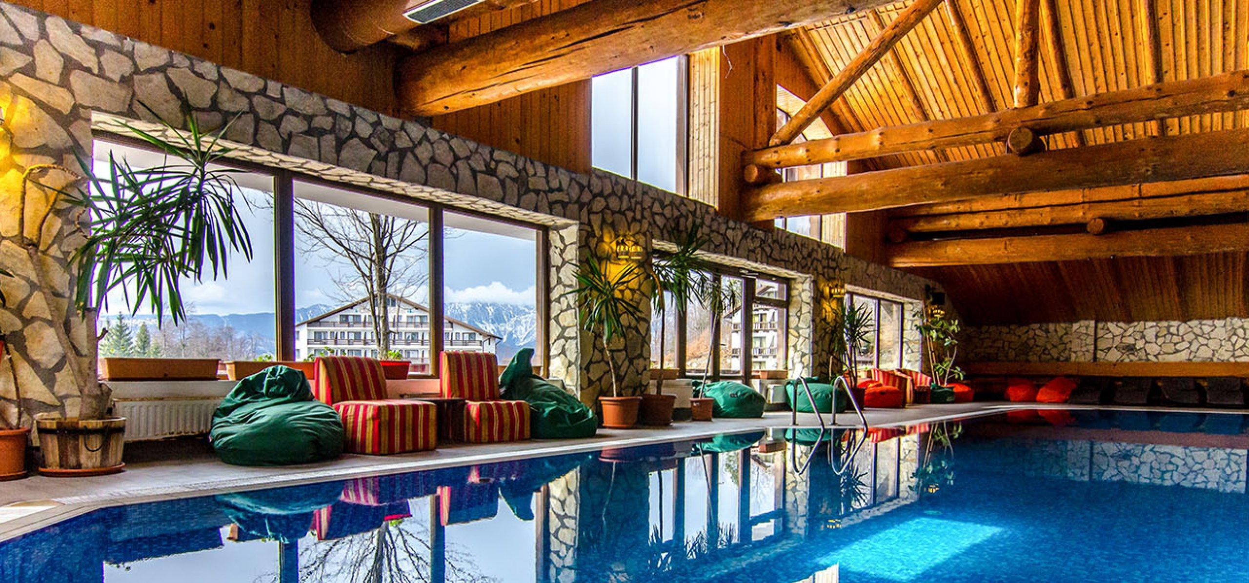 piscina-cu-vedere-panoramica-hotel-bucegi