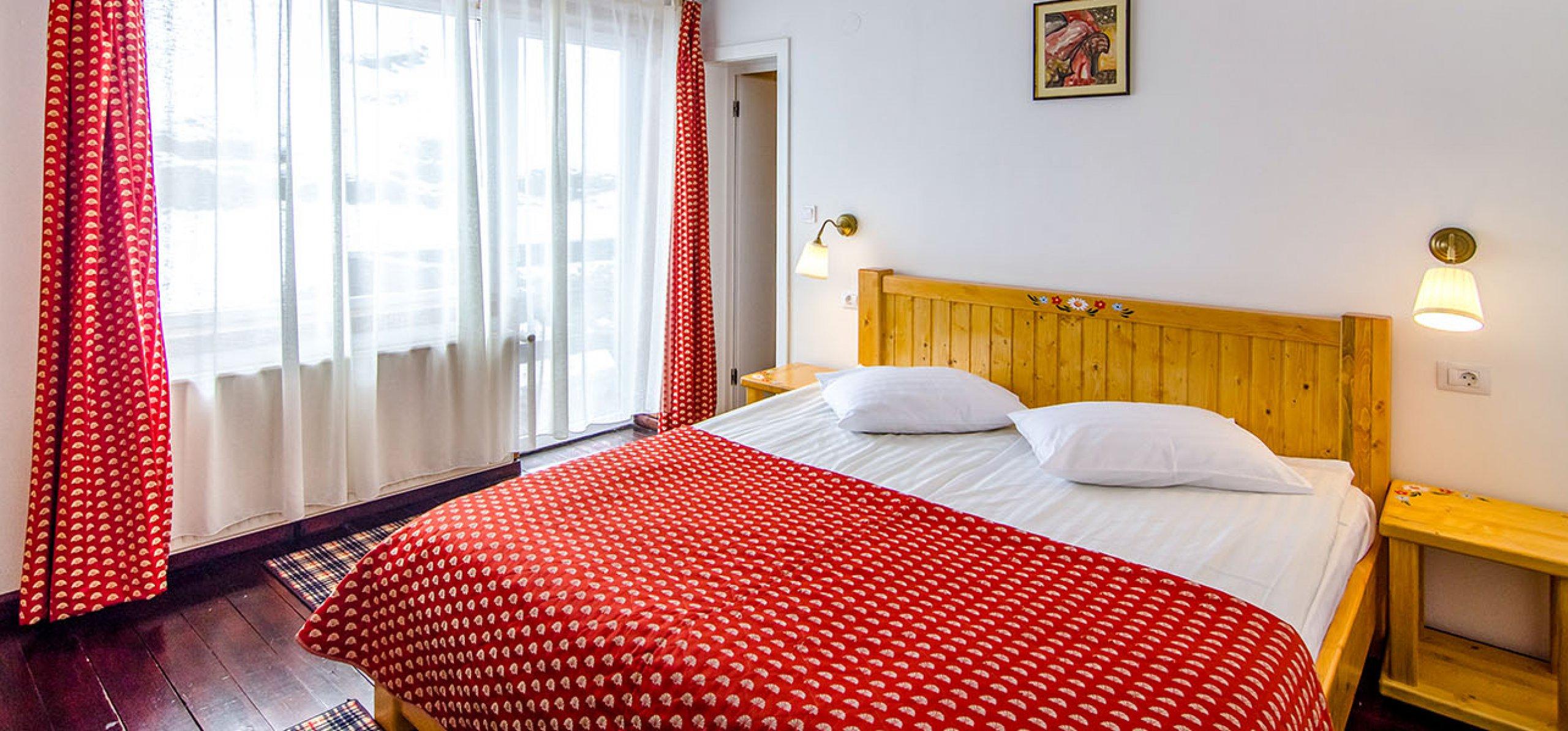 camera-dubla-matrimoniala-luminoasa-hotel-cheia-hoteluri-moeciu
